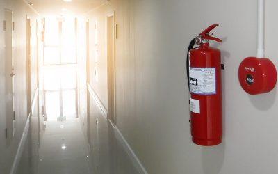 Szükséges-e UV táblával jelölni a tűzoltó készülék helyét illetve szükséges-e a készüléket falra rögzíteni?